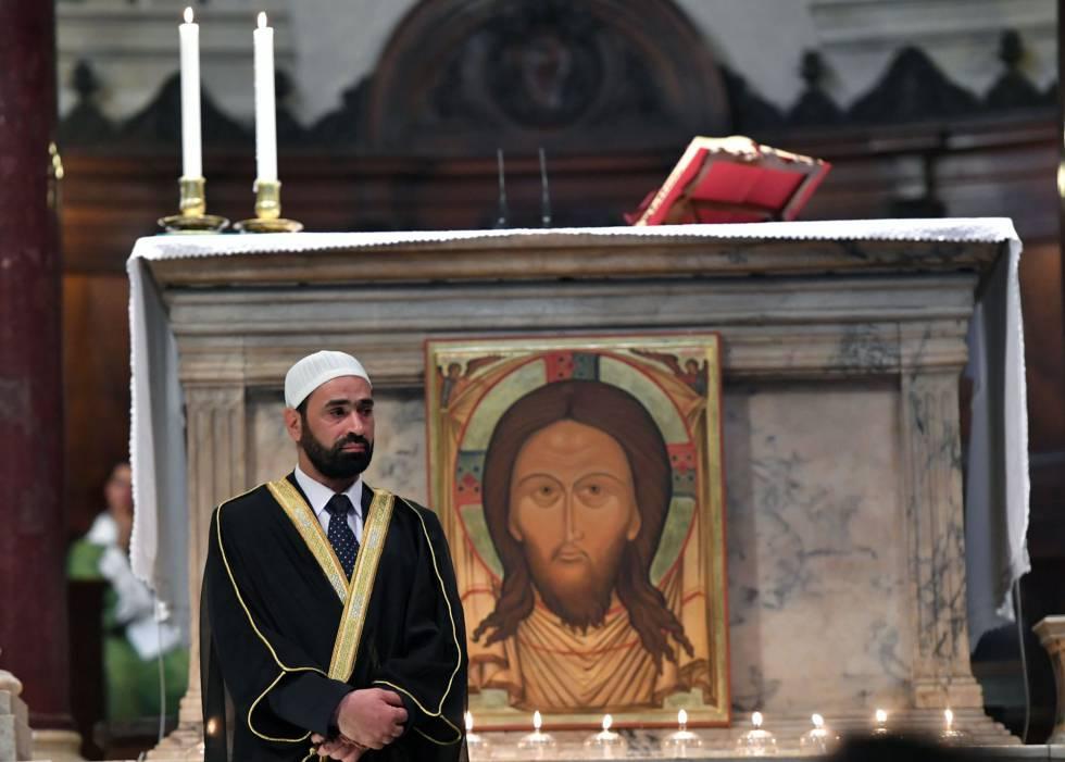 El iman Sami Salem durante la misa del domingo en la Iglesia de Santa María en Trastevere en Roma.