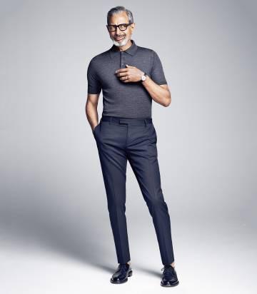 El actor viste camisa y pantalón de Prada. Gafas, Tom Ford y zapatos Saint Laurent por Hedi Slimane.