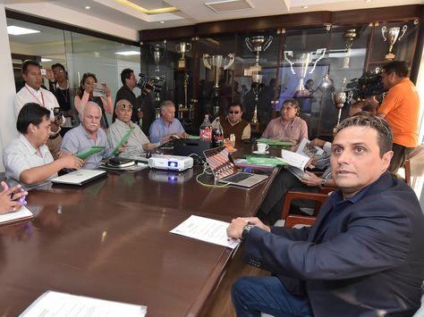 Ángel Guillermo Hoyos (der.) poco antes de exponer su plan.