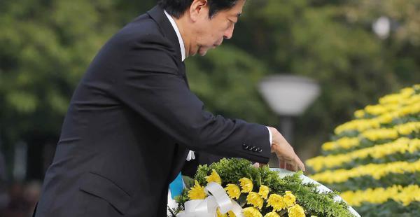 El Primer Ministro japonés, Shinzo Abe, realizó una ofrenda floral