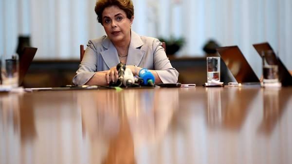 Palabras. Dilma Rousseff, en junio pasado, con la prensa internacional en Brasilia./Reuters