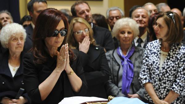 La ex presidenta junto al féretro de su marido fallecimiento en la Casa Rosada.