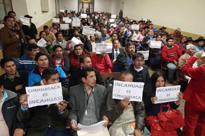 """ASAMBLEA. Los participantes portan letreros con la leyenda """"Incahuasi es Chuquisaca"""" en señal de reclamo por el campo"""