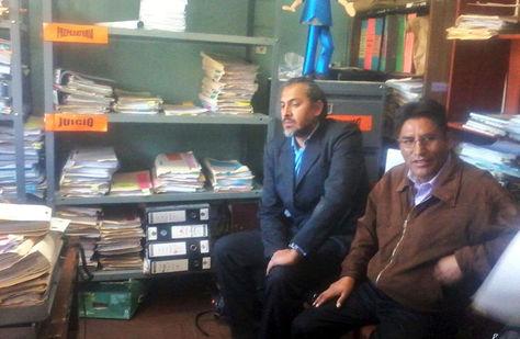 Patzi (d) en oficinas de la Fiscalía en la ciudad de Sucre