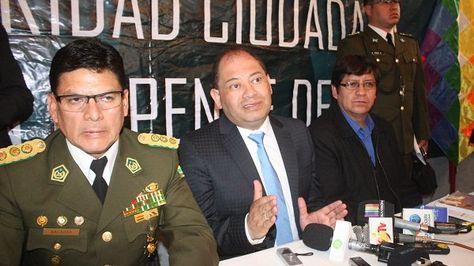 El ministro de Gobierno Carlos Romero junto a autoridades policiales en conferencia de prensa. Foto: MinisteriodeGobierno