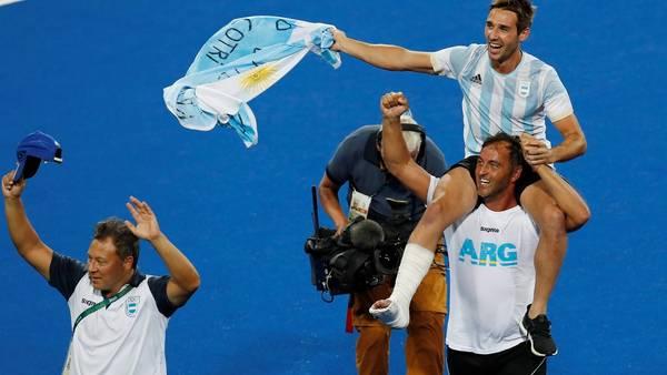 Carlos Retegui lleva en andas a Matías Paredes (se lesionó en la semifinal) y festejan el oro. (EFE)