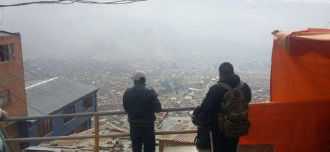 Pobladores de El Alto observan el humo que cubrió la ciudad de La Paz la madrugada de este viernes 19 de agosto de 2016. Foto: Jorge Asturizaga