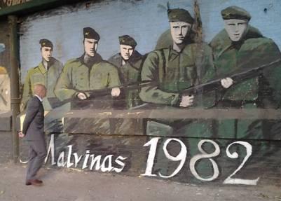 Juan José Gómez Centurión ante un mural de Malvinas.