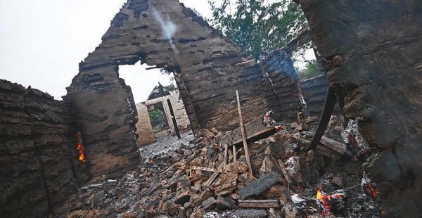 Las casa de Palometas quedaron en ruinas luego de que el fuego ingresara en ellas ayer a mediodía