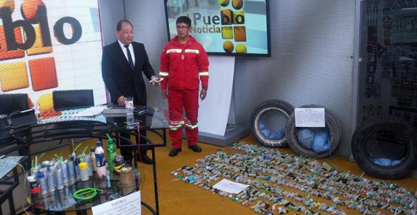 Carlos Romero mostró la dinamita decomisada a los mineros que protestaban en las carreteras