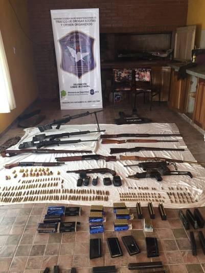 """Operativo """"Pitón Blanca"""" en Burzaco. Secuestran 16 mil dosis de cocaína, un arsenal y una serpiente."""