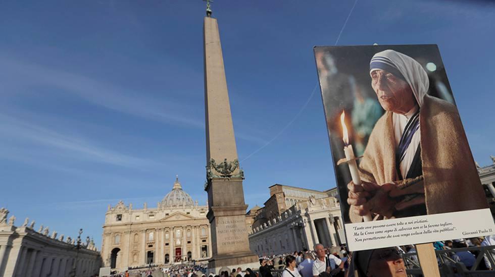 Una monja sujeta una foto de la Madre Teresa en la plaza de San Pedro.