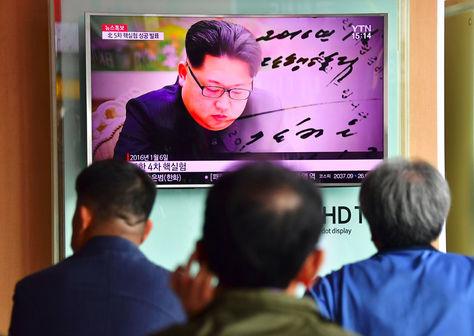 La gente ve un informe de noticias de televisión, que muestra imágenes de archivo del líder norcoreano, despues de anunciar la prueba nuclear. Foto: AFP