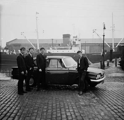 De paseo por el barrio. Los Beatles, en el puerto de su Liverpool natal, en 1964.