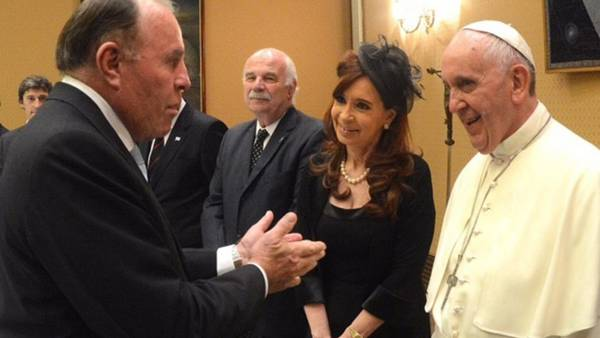"""El """"Caballo"""" Suárez, con Cristina, en una de las últimas visitas de la ex presidenta al Papa."""