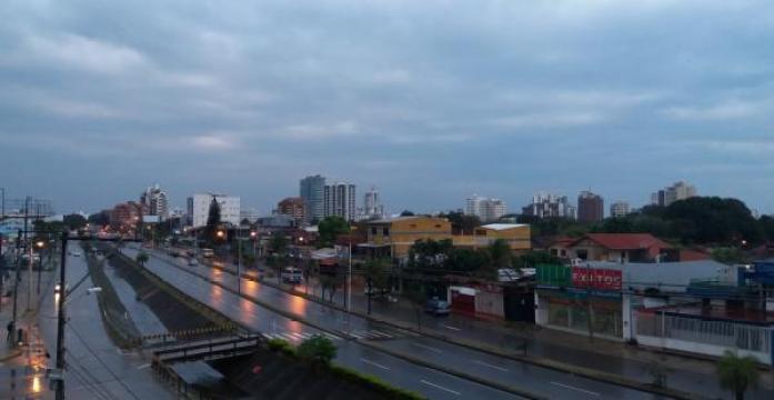 Los cielos nubosos se mantendrán durante toda la jornada en la que se tendrá lluvias