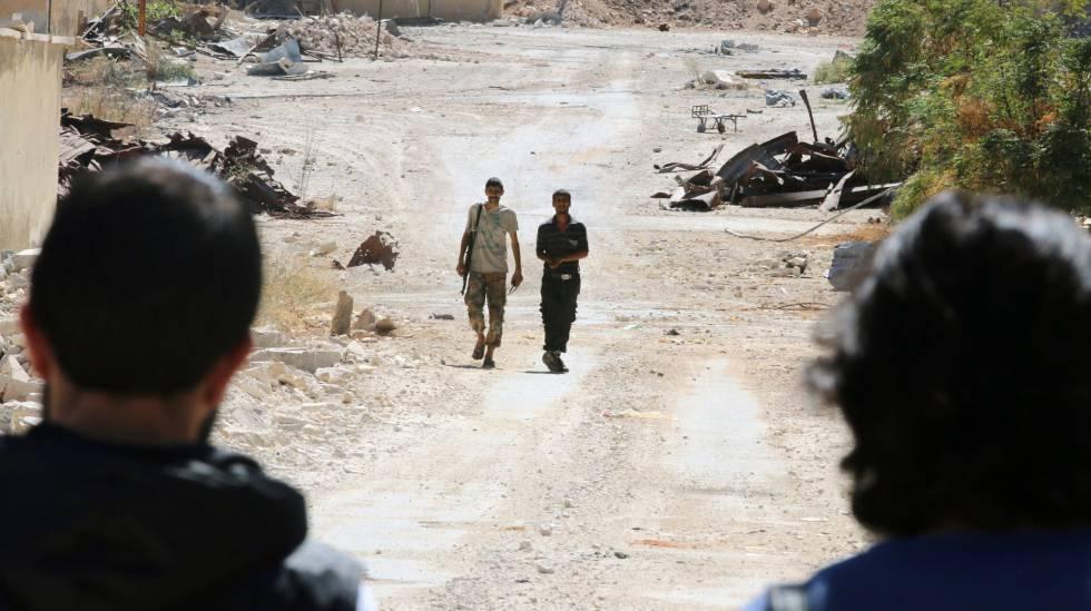 Rebeldes sirios montan guardia en la principal vía de acceso a Alepo.