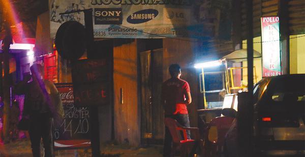 En el ingreso al Plan se ven riñas callejeras fuera de los locales