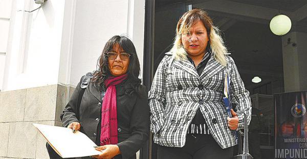 Activistas de Mujeres Creando salen de la Fiscalía de La Paz