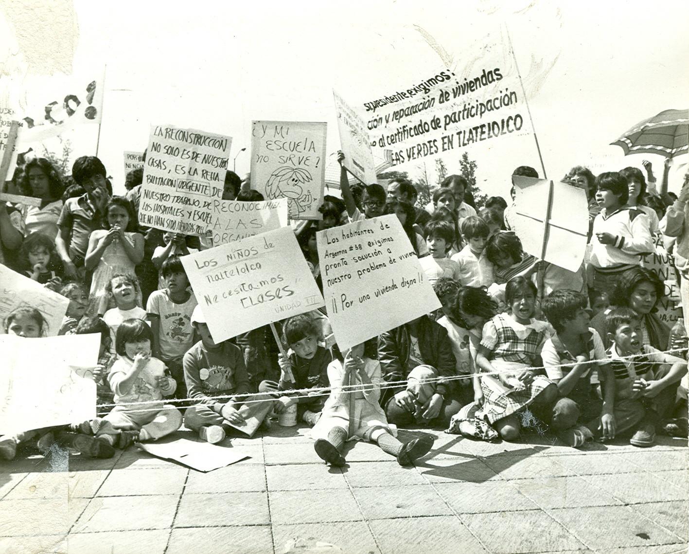 Niñas y niños de Tlatelolco después del sismo de 1985
