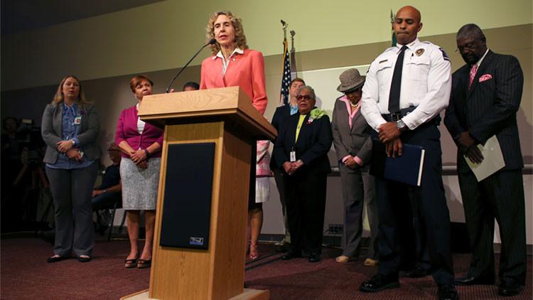 La alcaldesa de Charlotte, Jennifer Roberts, responde junto al jefe de la Policía del departamento de Charlotte-Mecklenburg, Kerr Putney, a las preguntas de los medios durante una conferencia de prensa en la ciudad estadounidense de Charlotte (Carolina de Norte) el 23 de septiembre de 2016.