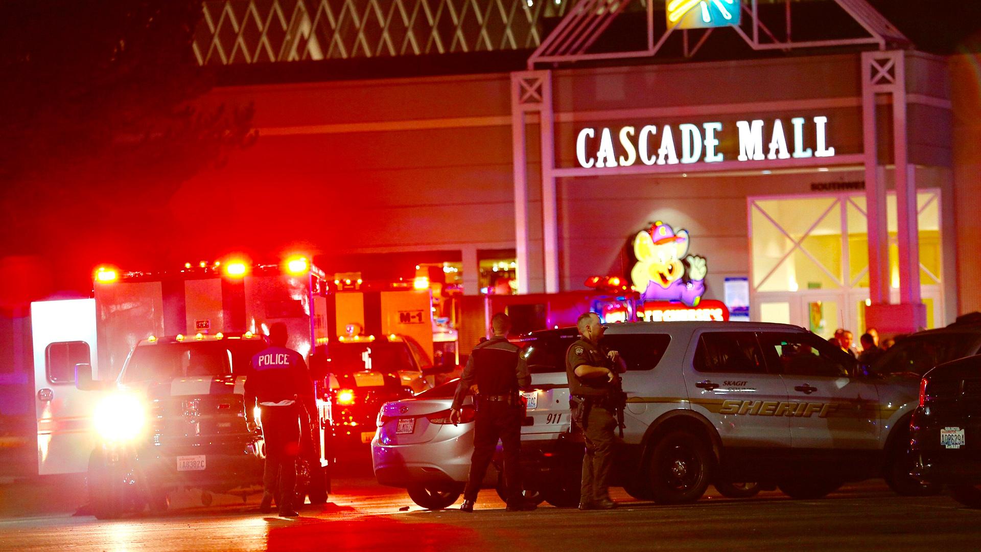 AP/ El centro comercial fue evacuado y los servicios de emergencia llegaron al lugar para atender a los heridos