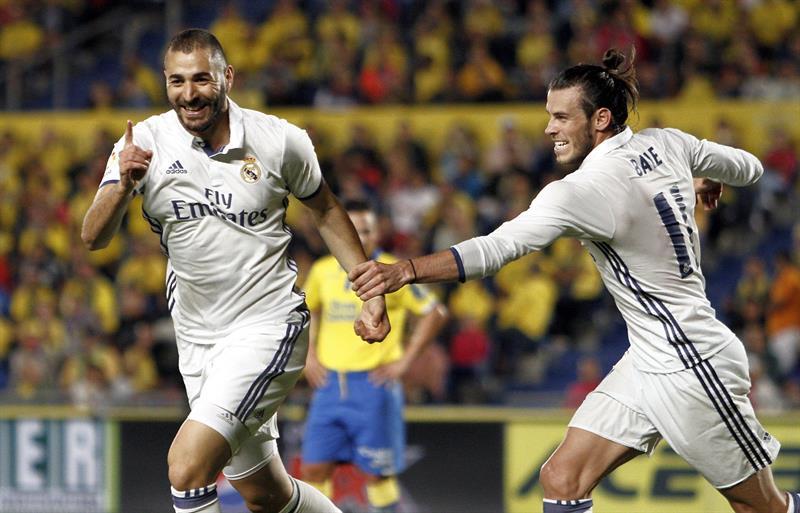 Los jugadores del Real Madrid, el francés Karim Benzemá (i) y el galés Gareth Bale, celebran el segundo gol del equipo blanco, durante el encuentro correspondiente a la sexta jornada de primera división, que disputan esta noche frente a la UD Las Palmas en el Estadio de Gran Canaria. EFE