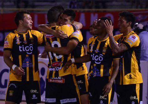Diego Bejarano festeja con sus comapañeros el triunfo de The Strongest. Foto: Fernando Cartagena