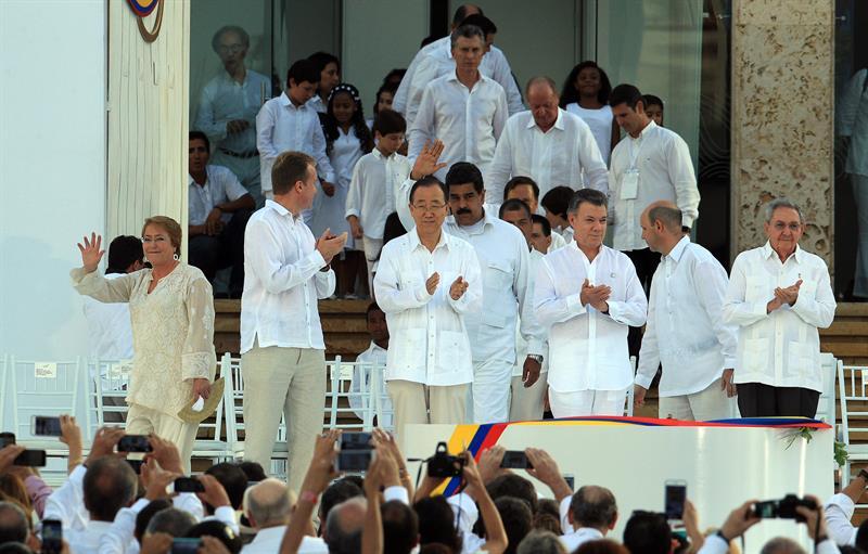 El presidente de Colombia, Juan Manuel Santos (3-d), aplaude junto a los mandatarios de Chile, Michelle Bachelet (i), de Venezuela Nicolás Maduro (c), de Cuba Raúl Castro (d), y el secretario general de la ONU, Ban Ki-moon (3-i), durante la firma del acuerdo de paz hoy, lunes 26 de septiembre de 2016, en la ciudad de Cartagena (Colombia). EFE