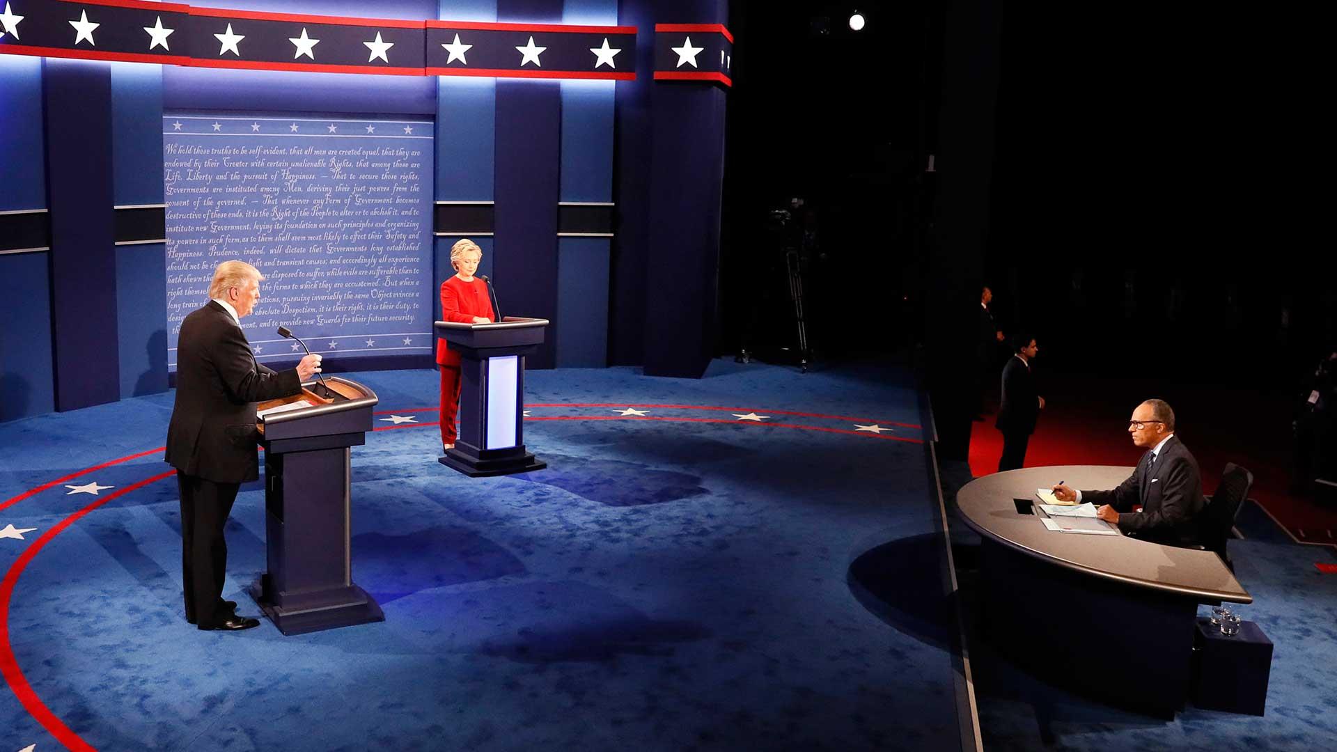 (AP) Trump atacó a Hillary afirmando que revelará su declaración jurada si Clinton revela los 33 mil correos electrónicos que borró desde su servidor privado.