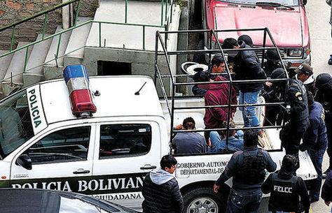 Policías suben a unos pandilleros aprehendidos a una camioneta. Foto: Pedro Laguna - archivo