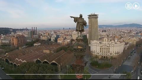¿Cuántos años tiene la estatua de Colón y dónde señala su dedo?