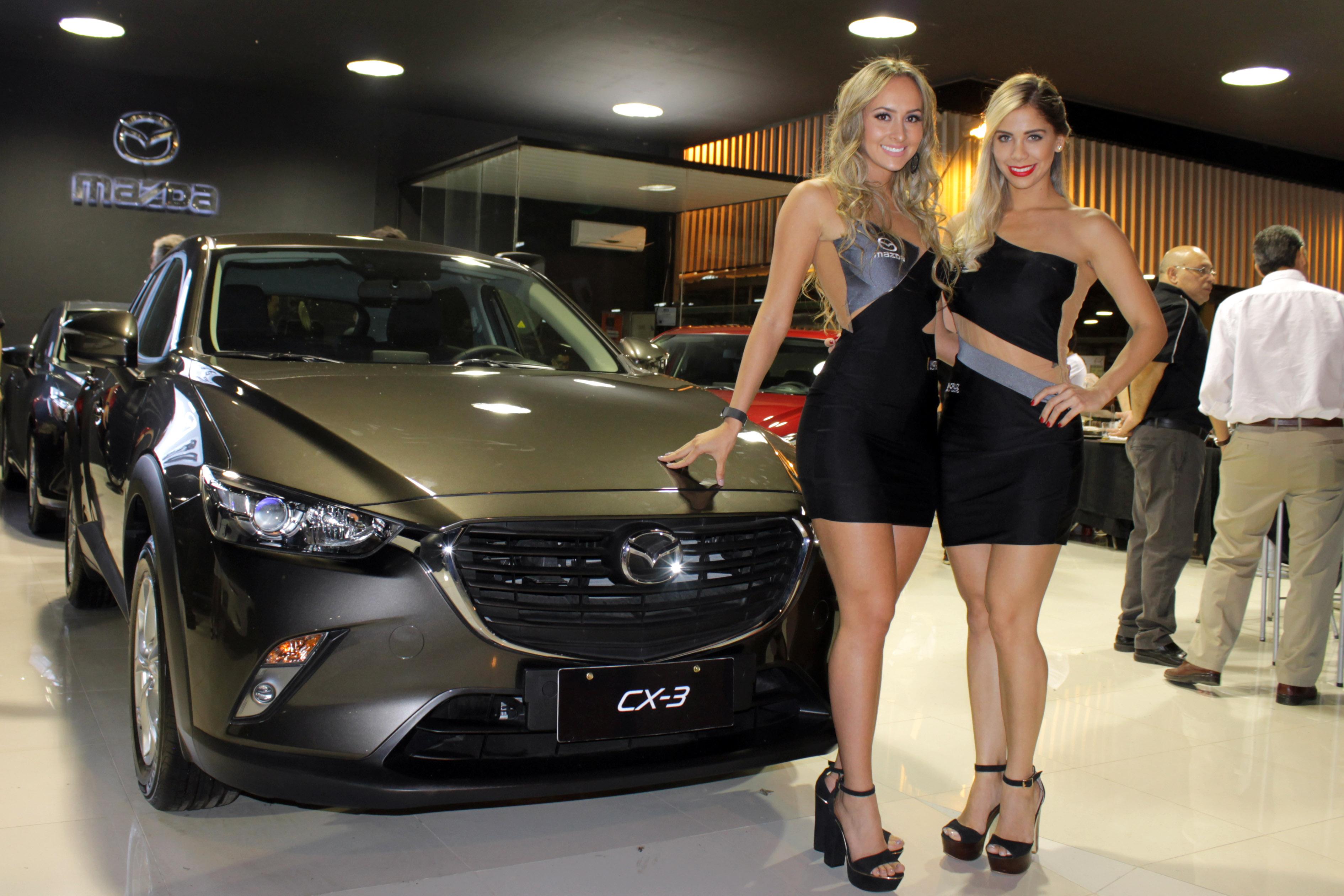 Steffy Ortiz y Daniela Pereira, azafatas de Mazda.