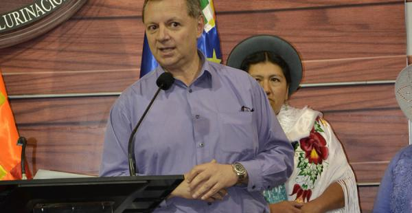 El presidente del Senado, José Alberto Gonzales lamentó las ofensas en su contra por su decisión de vestir una pollera como acto de reivindicación