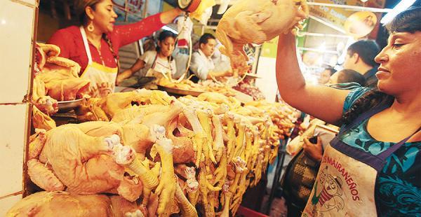 En las últimas semanas el precio del kilo de pollo escaló hasta los Bs 15