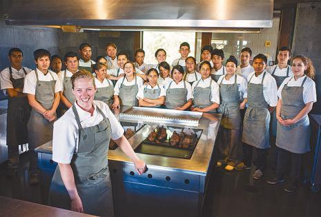 Se capacita a jóvenes en las nuevas tendencias de la gastronomía Con una vida dedicada a la cocina y a un sueño llamado Gustu, Kamilla Seidler se esfuerza por llevar con su voz un mensaje de equidad de género en las cocinas del mundo buscando impulsar un