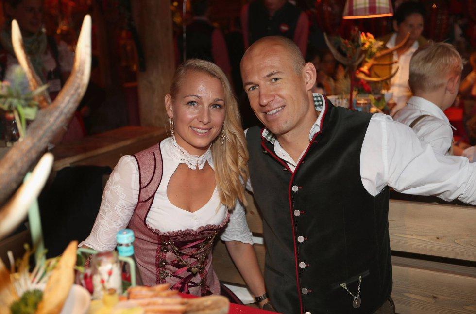 Arjen Robben, actual jugador del Bayern de Múnich, plantó cara con un cuchillo de cocina a tres ladrones que entraron a robar en su casa en 2009 cuando todavía era futbolista del Real Madrid. La historia se supo un año más tarde, cuando el equipo blanco les recordó a sus jugadores que tenían disponible un equipo de seguridad 24 horas y puso como ejemplo el suceso de Robben.