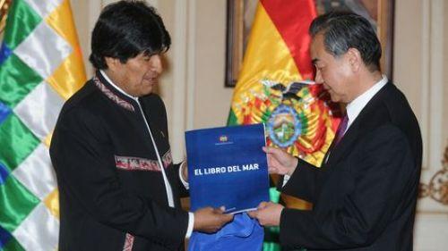 El presidente Evo Morales entrega el Libro del Mar al canciller de China, Wang Yi. Foto: APG