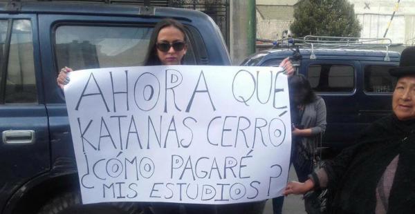 La joven se presentó con un cartel frente a la Alcaldía de La Paz. Se trató de un experimento social.