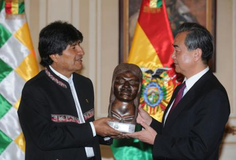El busto de madera que obsequió Morales