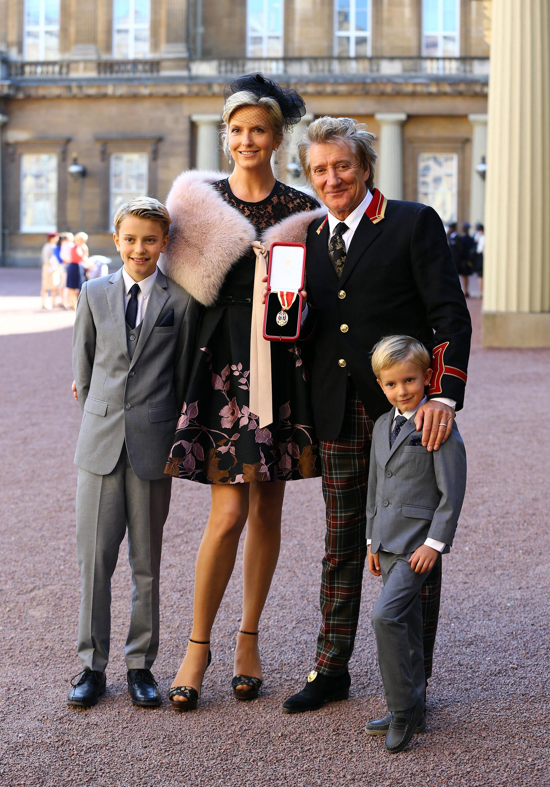 La estrella de 71 años junto a su mujer Penny Lancaster y sus hijos más pequeños Alastair y Aiden