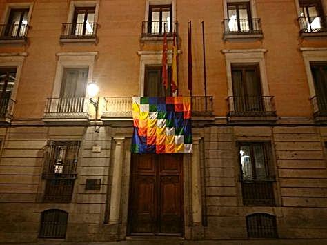 Una whipala cuelga del ayuntamiento de Madrid por el Día de la Hispanidad.