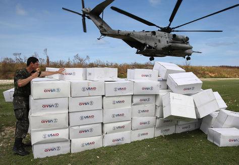 Un helicóptero de las FFAA de los EEUU entrega un cargamento de ayuda humanitaria para las víctimas del huracán Matthew. Foto: EFE