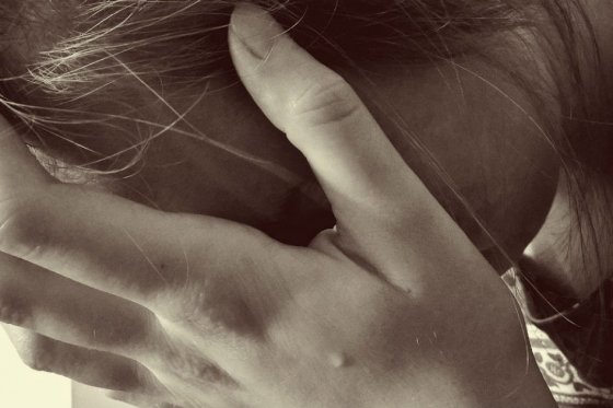 Rescatan a menor maltratada por su madre en Bogotá: le hacía comer el cabello
