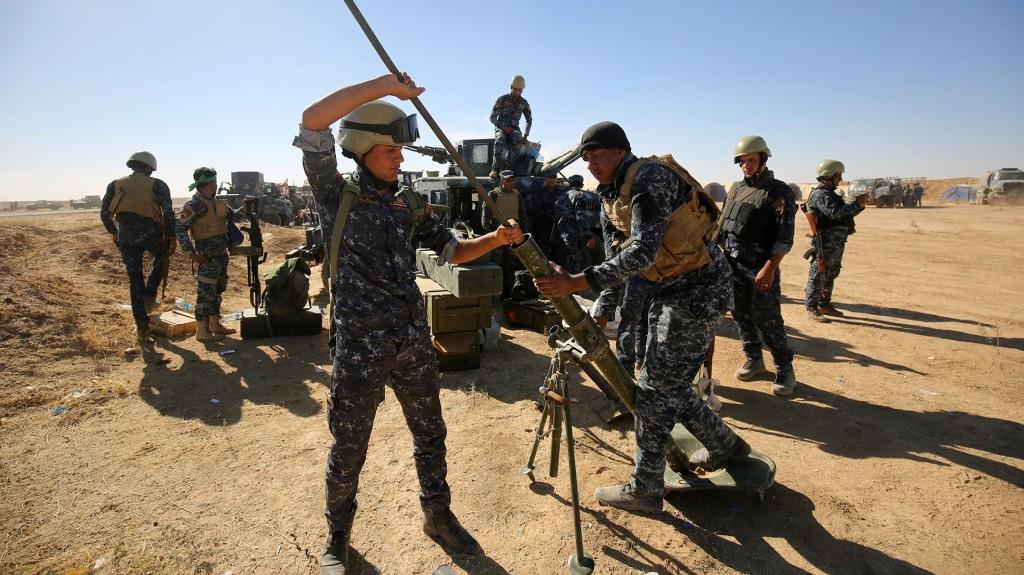 Fuerzas iraquíes arman un mortero para la Batalla de Mosul (AFP)