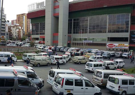 Transportistas de La Paz bloquean en inmediaciones del estadio Hernando Siles. Foto: Ángel Guarachi