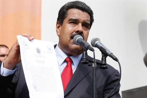 Fotografía cedida por Prensa de Miraflores donde se observa al presidente de Venezuela, Nicolás Maduro (c), participar en un acto de gobierno en Caracas (Venezuela). EFE/Archivo