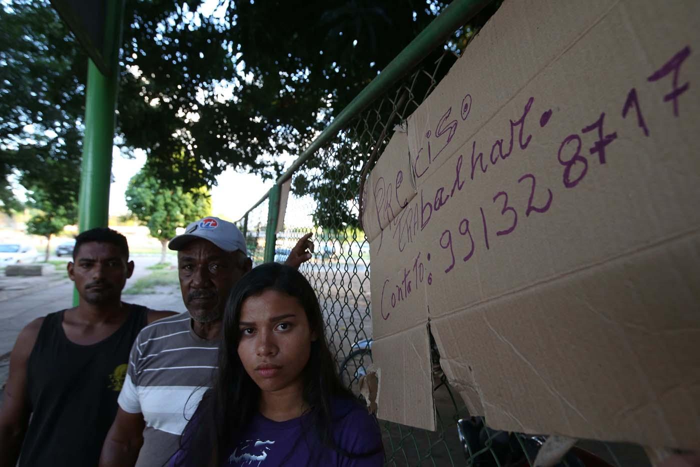 """ACOMPAÑA CRÓNICA: BRASIL VENEZUELA BRA03. BOA VISTA (BRASIL), 22/10/2016.- Los venezolanos Juan Carlos Álvarez (i), Víctor Soto (c) y Sairelis Ríos (d) buscan trabajo este jueves, 20 de octubre de 2016, en Boa Vista, estado de Roraima (Brasil). Es venezolana, tiene 20 años, quiere ser traductora y hoy, en una hamaca colgada en un árbol que ha convertido en su casa en la ciudad brasileña de Boa Vista, mece unos sueños que, según aseguró, no serán truncados por """"el fracaso de una revolución"""". """"No estoy aquí por política. Lo que me trajo aquí fue el fracaso de unas políticas"""", dijo a Efe Sairelis Ríos, quien junto a su madre Keila y una decena de venezolanos vive en plena calle, frente a la terminal de autobuses de Boa Vista, una ciudad que en los últimos meses ha recibido unos 2.500 emigrantes de ese país vecino. EFE/Marcelo Sayão"""