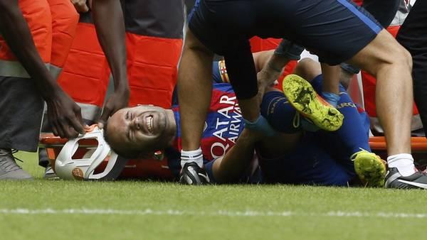 Preocupación por su rodilla. Iniesta en el piso, tras luchar una pelota con Enzo Pérez. (EFE)