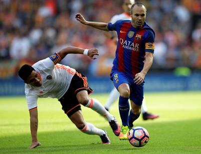 Iniesta se lesionó en una jugada con Enzo Pérez. (AP)